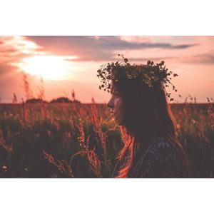 フリー写真, 人物, 女性, 外国人女性, ポーランド人, 花冠, 横顔, 草むら, 夕暮れ(夕方)
