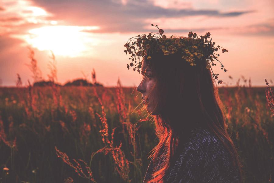 フリー写真 夕暮れの草むらと外国人女性の横顔