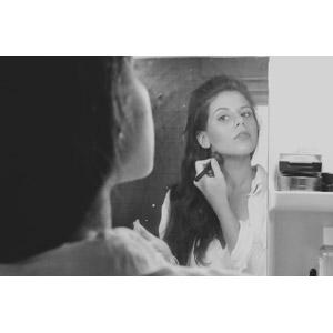 フリー写真, 人物, 女性, 外国人女性, 化粧(メイク), メイクブラシ, 鏡, モノクロ
