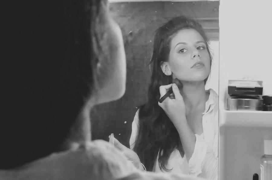 フリー写真 鏡を見ながらメイク中の外国人女性