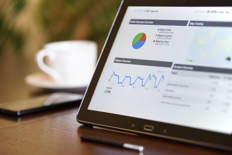 フリー写真 サイトのアクセス解析の画面とタブレットPC