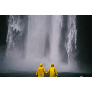 フリー写真, 人物, 手をつなぐ, 二人, カッパ(レインコート), 滝, 後ろ姿