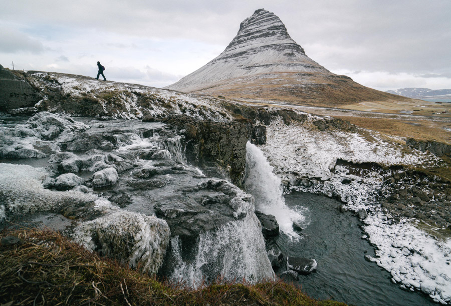 フリー写真 滝とキルキュフェットル山の風景