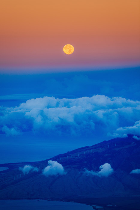 フリー写真 満月と雲と半島の風景
