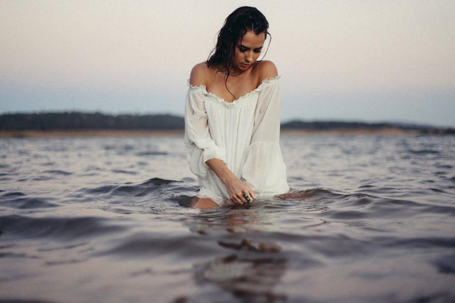 フリー写真 服を着たまま海に入る外国人女性