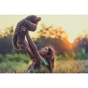 フリー写真, 人物, 女性, 外国人女性, ルーマニア人, 人と風景, ぬいぐるみ, テディベア, 抱き上げる, 夕暮れ(夕方), 夕日
