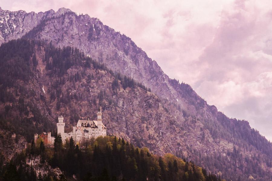 フリー写真 ノイシュバンシュタイン城と山の風景