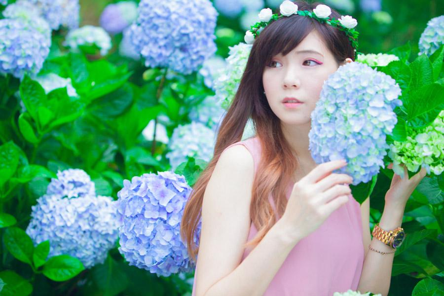 フリー写真 紫陽花の花と斜めを向く女性