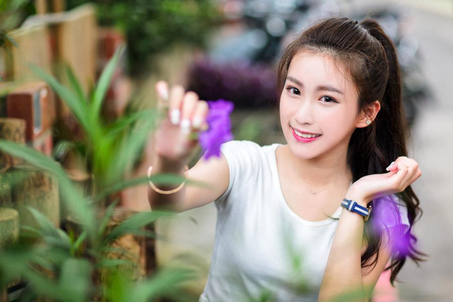 フリー写真 花をつまんでいる女性のポートレイト