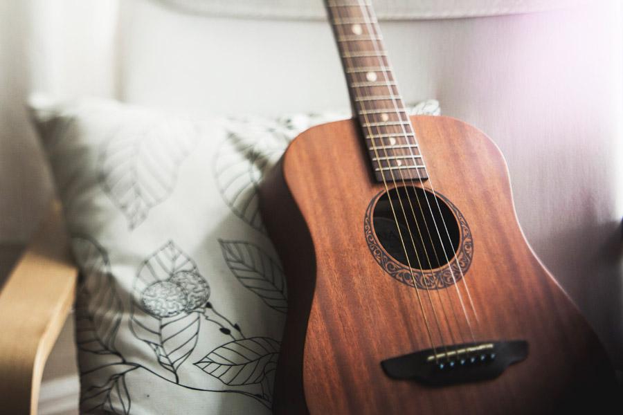 フリー写真 クッションの前のギター