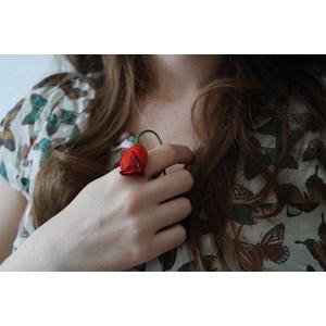 フリー写真, 人体, 手, 胸に手を当てる, 人と花, しおれる