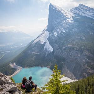 フリー写真, 人物, カップル, 人と風景, 後ろ姿, 眺める, 山, 湖, カナダの風景, 二人