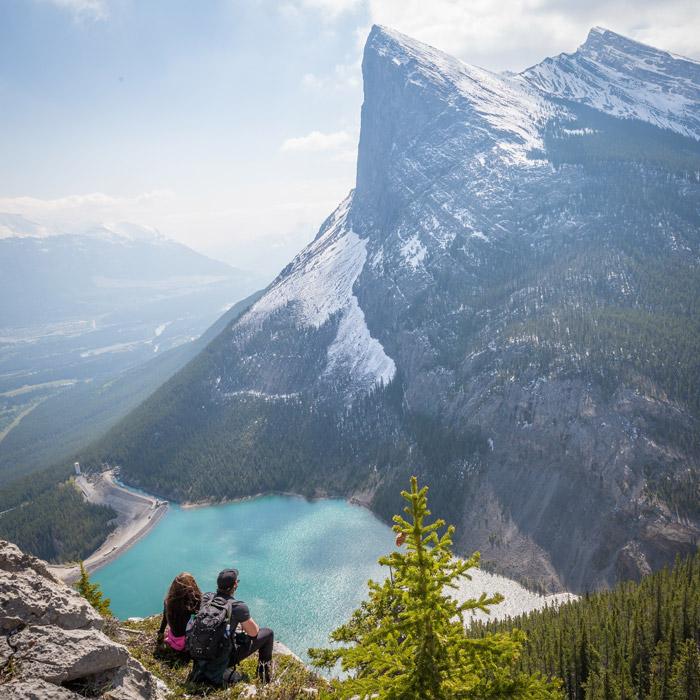フリー写真 湖と山の風景を一緒に眺めているカップル