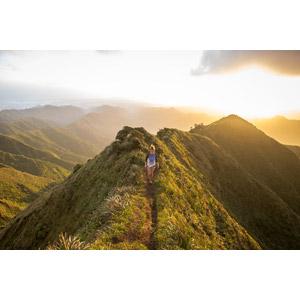 フリー写真, 人物, 女性, 外国人女性, 人と風景, 山, 夕暮れ(夕方), 夕日, アメリカの風景, ハワイ州