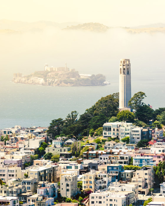 フリー写真 アルカトラズ島とコイトタワーとサンフランシスコの街並み