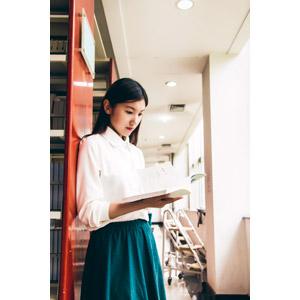 フリー写真, 人物, 女性, アジア人女性, 中国人, 学生(生徒), 大学生, 図書館, 読む(読書), 本(書籍), ブラウス
