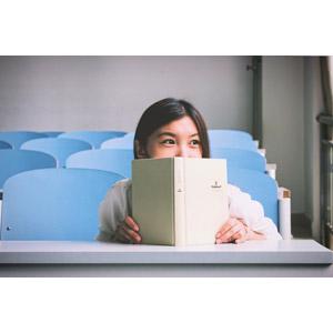 フリー写真, 人物, 女性, アジア人女性, 中国人, 学生(生徒), 大学生, 学校, 教室, 本(書籍)