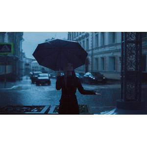 フリー写真, 人物, 女性, 外国人女性, 人と風景, 雨, 傘, 歓喜, 見上げる(上を向く)