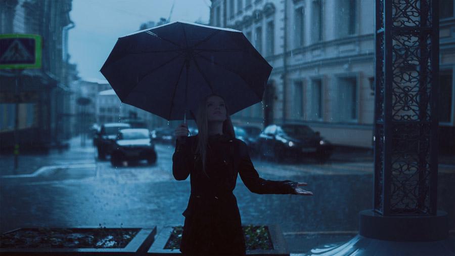 フリー写真 雨に歓喜する外国人女性