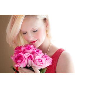 フリー写真, 人物, 女性, 外国人女性, アメリカ人, 金髪(ブロンド), 人と花, 匂いを嗅ぐ, 薔薇(バラ), 花束, ピンク色の花, 目を閉じる