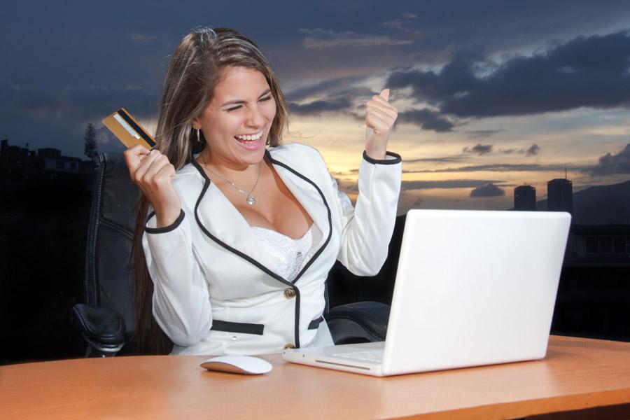 フリー写真 オンラインショッピングを楽しむ外国人女性