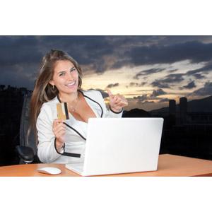 フリー写真, 人物, 女性, 外国人女性, 女性(00227), アメリカ人, パソコン(PC), ノートパソコン, ネットサーフィン, インターネット, ネットショッピング, 買い物(ショッピング), クレジットカード, サムズアップ, いいね(グッド)