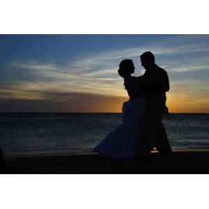 フリー写真, 人物, カップル, 花婿(新郎), 花嫁(新婦), 結婚式(ブライダル), 二人, 抱き合う, 人と風景, 夕暮れ(夕方), シルエット(人物), ビーチ(砂浜), 海