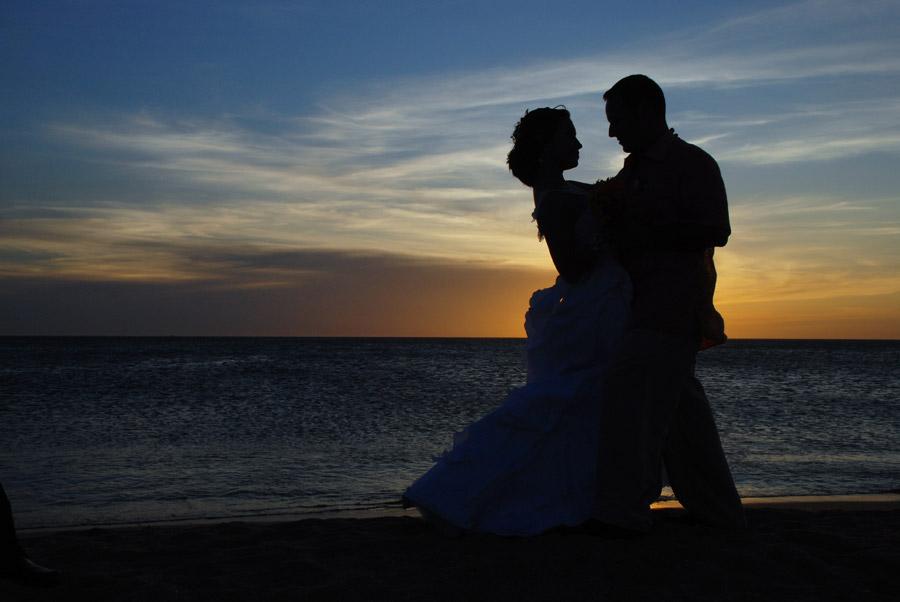 フリー写真 夕陽と抱き合う新郎新婦