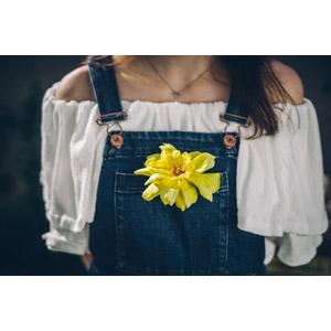 フリー写真, 人と花, 花, 黄色の花, サロペット