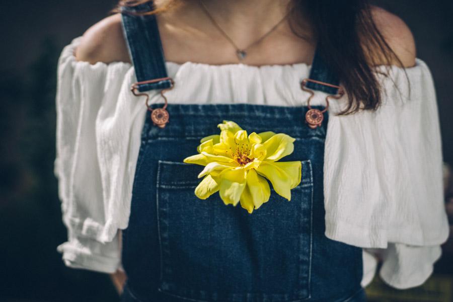 フリー写真 オーバーオールの胸ポケットに入れられた花