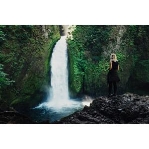 フリー写真, 風景, 滝, 人と風景, 女性, 外国人女性, 後ろ姿, 眺める, 岩, 金髪(ブロンド)