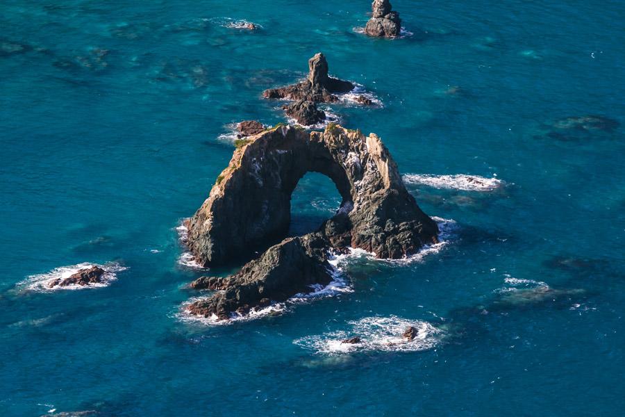 フリー写真 ニュージーランドの海と穴の開いた岩の風景