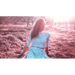 フリー写真, 人物, 女性, 外国人女性, ロシア人, 座る(地面), 太陽光(日光)