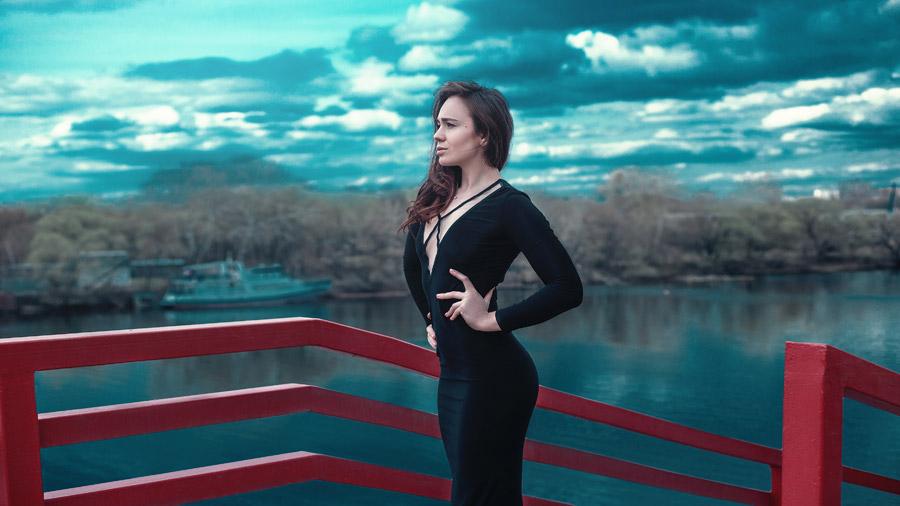 フリー写真 川とドレス姿で腰に手を当てる外国人女性