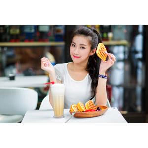 フリー写真, 人物, 女性, アジア人女性, 中国人, 楚珊(00053), 食べ物(食料), 菓子, 洋菓子, スイーツ, ワッフル, 飲み物(飲料)