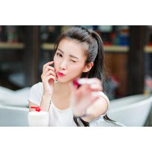 フリー写真, 人物, 女性, アジア人女性, 中国人, 楚珊(00053), 差し出す, ウインク, 頬に手を当てる