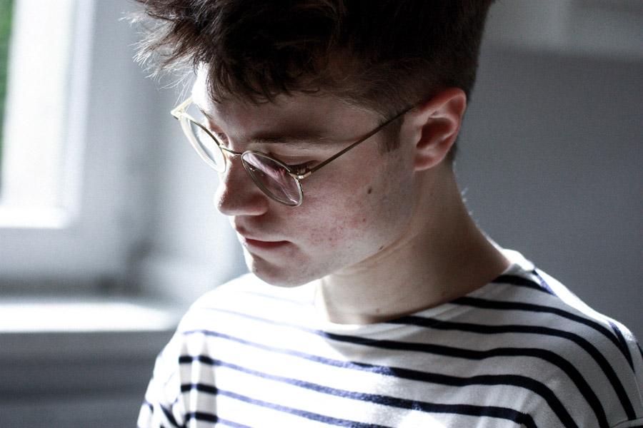 フリー写真 眼鏡をかけた外国人男性のポートレイト
