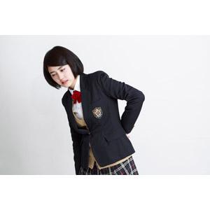 フリー写真, 人物, 少女, アジアの少女, 少女(00212), 学生(生徒), 学生服, 高校生, ブレザー制服, 白背景, 腰痛, 痛い, 腰に手を当てる, ぎっくり腰