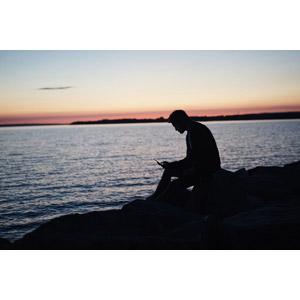 フリー写真, 人物, 男性, シルエット(人物), スマートフォン(スマホ), 人と風景, 河川, 座る(石), 夕暮れ(夕方)