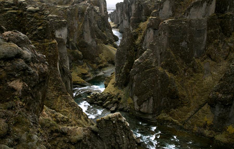フリー写真 アイスランドの渓谷と川の風景
