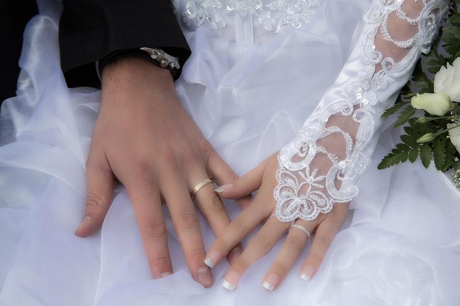 フリー写真 結婚指輪をした新郎新婦の手
