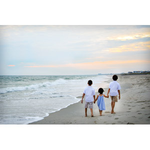 フリー写真, 人物, 子供, 女の子, 男の子, 兄弟(姉妹), 三人, 手をつなぐ, 人と風景, 後ろ姿, 夕暮れ(夕方), ビーチ(砂浜), 海