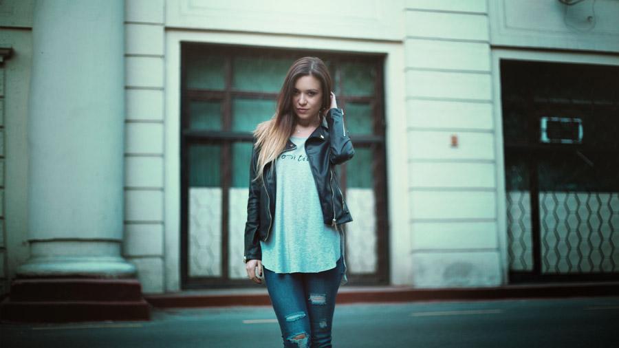 フリー写真 レザージャケット姿の外国人女性