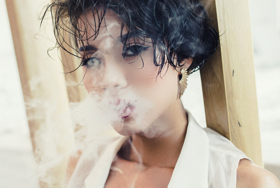 フリー写真 口から煙を吐く女性