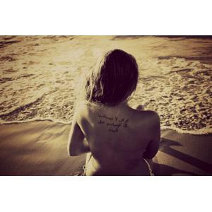 フリー写真, 人物, 女性, 後ろ姿, 背中, 入れ墨(タトゥー), ビーチ(砂浜), 海, 人と風景, セピア, 海水浴, レジャー