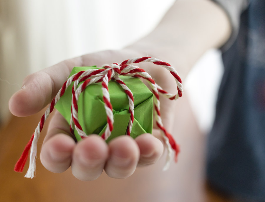 フリー写真 小さなプレゼントを差し出す子供の手