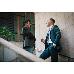 フリー写真, 人物, 男性, 外国人男性, アジア人男性, 二人, メンズスーツ, 仕事, 職業, ビジネス, ビジネスマン, 腕を組む, ポケットに手を入れる