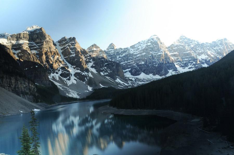 フリー写真 モレーン湖とテンピークスの風景