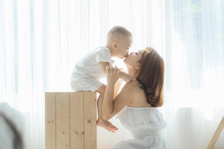 フリー写真 ママとキスをする男の子