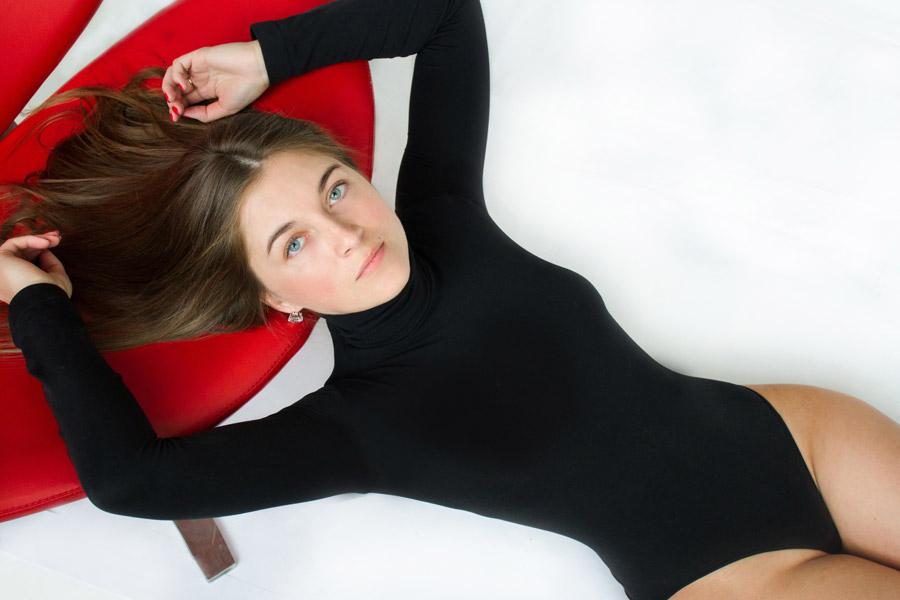 フリー写真 レオタード姿で寝転ぶ外国人女性